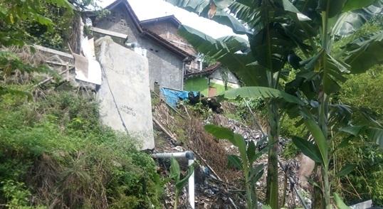 Kondisi tanah yang longsor di RT 39 Sudagaran